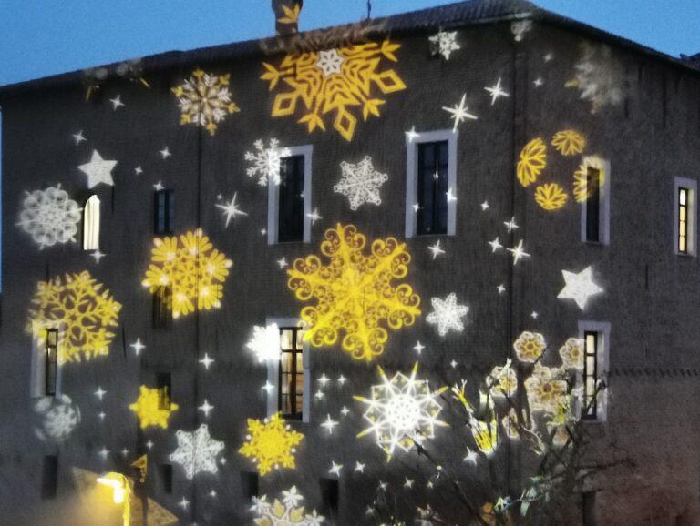 Effetti natalizi su edifici, propiezioni di natale animate, animazioni di natale, animazioni natalizie, albero parlante, proiezioni su alberi, proiezioni su muri, pareti animate, decorazioni luminose su facciate